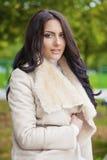 Le portrait facial d'une belle femme arabe a chaudement vêtu extérieur photos libres de droits