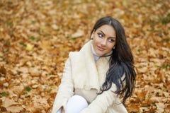 Le portrait facial d'une belle femme arabe a chaudement vêtu extérieur image libre de droits