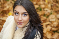 Le portrait facial d'une belle femme arabe a chaudement vêtu extérieur photos stock