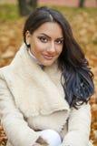 Le portrait facial d'une belle femme arabe a chaudement vêtu extérieur image stock