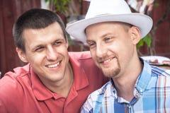 Le portrait gai fidèle de mode de vie d'amis d'hommes symbolisent l'amitié masculine Images libres de droits