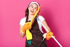 Le portrait haut étroit de la femme au foyer avec bonne humeur, veut commencer à nettoyer sa maison, a des expressions du visage  photographie stock libre de droits