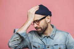 Le portrait horizontal du mâle non rasé élégant stressant regrette s photos stock