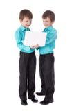 Le portrait intégral de deux petits garçons jumelle employant l'isola d'ordinateur portable Images libres de droits