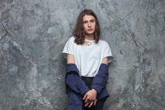 Le portrait lumineux de mode de la femme de l'adolescence de hippie de brune assez jeune avec lumineux composent et les cheveux d Photographie stock