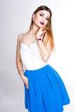 Le portrait positif lumineux de studio de mode de la fille assez jeune avec les lèvres pourpres, lumineux composent, corps sexy,  Photo libre de droits