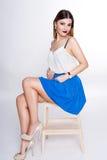 Le portrait positif lumineux de studio de mode de la fille assez jeune avec les lèvres pourpres, lumineux composent, corps sexy,  Photographie stock libre de droits