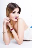 Le portrait positif lumineux de studio de mode de la fille assez jeune avec les lèvres pourpres, lumineux composent, corps sexy,  Photos stock