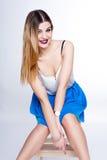 Le portrait positif lumineux de studio de mode de la fille assez jeune avec les lèvres pourpres, lumineux composent, corps sexy,  Photographie stock
