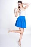 Le portrait positif lumineux de studio de mode de la fille assez jeune avec les lèvres pourpres, lumineux composent, corps sexy,  Image stock