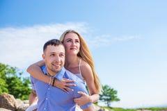 Le portrait romantique des couples heureux dans l'amour l'été échouent Photo stock