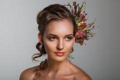 Le portrait tendre de beauté de la jeune mariée avec des roses tressent dans les cheveux Images libres de droits