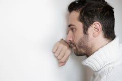 Le portrait triste et réfléchi d'homme, se ferment sur le visage photographie stock