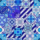 Le Portugais couvre de tuiles le vecteur sans couture de modèle avec les ornements bleus et blancs Motifs de Talavera, d'azulejo, illustration stock