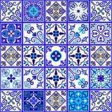 Le Portugais couvre de tuiles le vecteur sans couture de modèle avec les ornements bleus et blancs Motifs de Talavera, d'azulejo, illustration libre de droits