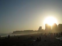Le Portugal, Algarve, Portimao, Praia DA Rocha Échouez avec les personnes et la ville dans le temps de coucher du soleil, vue hor Photos libres de droits