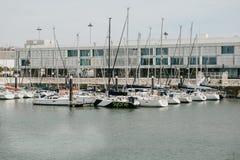 Le Portugal, Lisbonne, le 1er mai 2018 : Club de yacht dans la région de Belem près du bord de mer Beaucoup de yachts sont dans l Photo stock