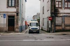 Le Portugal, Porto, le 5 mai 2018 : Une ambulance sur la rue de ville Aide de secours Service d'ambulance 112 Photos stock
