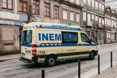 Le Portugal, Porto, le 5 mai 2018 : Une ambulance sur la rue de ville Aide de secours Service d'ambulance 112 image libre de droits