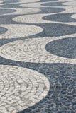 Le Portugal soustraient des modèles de trottoir de tuile comme fond Photo stock