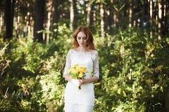 Le pose della sposa del redhair in foresta Immagini Stock Libere da Diritti