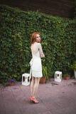 Le pose della sposa del redhair in foresta Fotografie Stock