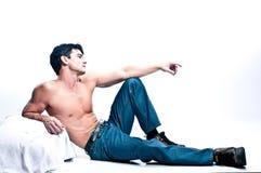 Le pose sexy dell'uomo per una fotografia immagini stock libere da diritti