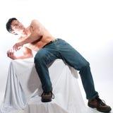 Le pose sexy dell'uomo per una fotografia immagine stock libera da diritti