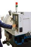 le Poseur-programmeur configure les machines-outils modernes de coupe en métal Photos stock