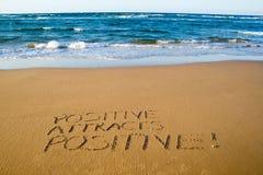 Le positif attire le positif Concept créatif de motivation images stock