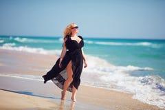 Le positif de corps, plus la femme de taille apprécie le jour d'été à la plage photographie stock