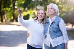 Le positif a vieilli la femme et la fille mûre marchant en parc Image stock