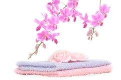 Le positionnement coloré de salle de bains avec le pétale rose a formé le savon Photos stock
