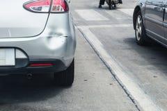 Le postérieur de la voiture a bosselé le pare-chocs arrière endommagé après accident photographie stock libre de droits