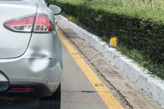 Le postérieur de la voiture a bosselé le pare-chocs arrière endommagé après accident photos stock
