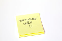 Le post-it collant de note, n'oublient pas de sourire, d'isolement Photo stock