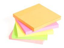 Le post-it coloré sont empilés sur l'un l'autre Photographie stock