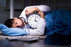 Le poste de nuit travaillant de docteur dans l'hôpital après de longues heures image stock