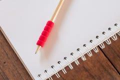 Le poste de travail avec le carnet et le crayon Image stock