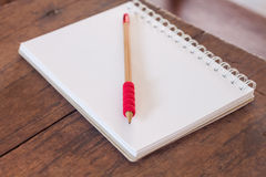 Le poste de travail avec le carnet et le crayon Photographie stock libre de droits