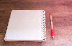 Le poste de travail avec le carnet et le crayon avec le vintage filtrent Images libres de droits