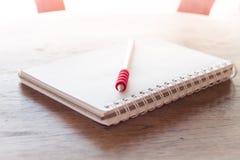 Le poste de travail avec le carnet et le crayon avec le vintage filtrent Photo stock