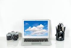 Le poste de travail avec les fournitures de bureau et l'appareil-photo de vintage d'analoge Image stock