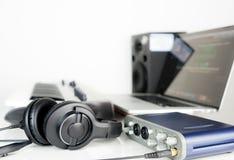 Le poste de travail de maison de musique d'ordinateur sur le blanc photos libres de droits