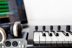 Le poste de travail de studio de musique d'ordinateur portable d'ordinateur Photo stock