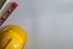 Le poste de travail de vue supérieure de jaune de chapeau de sécurité photo stock
