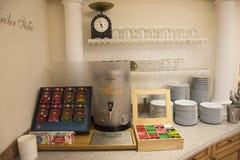 Le pot chaud et beaucoup assaisonnent le thé dans le paquet pour des personnes faisant le thé pour la boisson Image stock