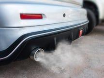 Le pot d'échappement de voiture sort fortement de la fumée image libre de droits