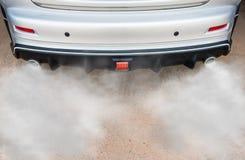 Le pot d'échappement de voiture sort fortement de la fumée images libres de droits