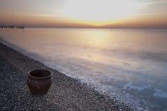 Le pot d'argile sur la côte, la mer et le beau ciel Images stock